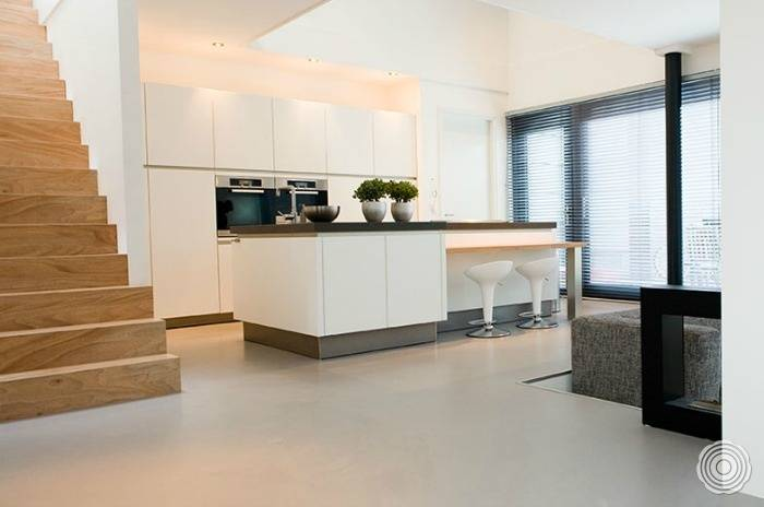 Energy-efficient underfloor heating for resin floors